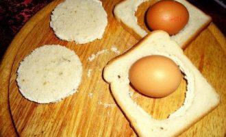Duonoje užkeptas kiaušinis