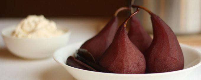 Pikantiškos kriaušės raudonojo vyno padaže