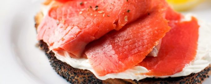 Skrudinta duona su lašiša ir varškės sūriu