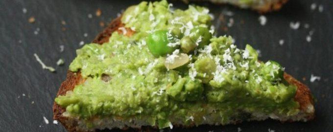 Skrudinta duona su žaliais žirneliais ir mėtomis