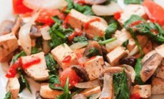 Tofu su pievagrybiais ir daržovėmis