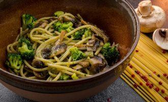 Spagečiai su brokoliais, pievagrybiais ir pesto padažu