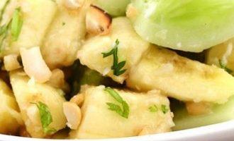 Bananų ir agurkų salotos