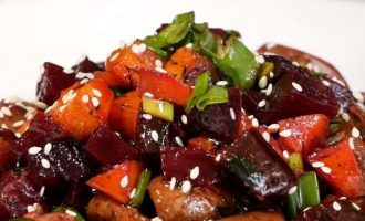 Burokėlių ir pievagrybių salotos su medaus ir sojų padažu