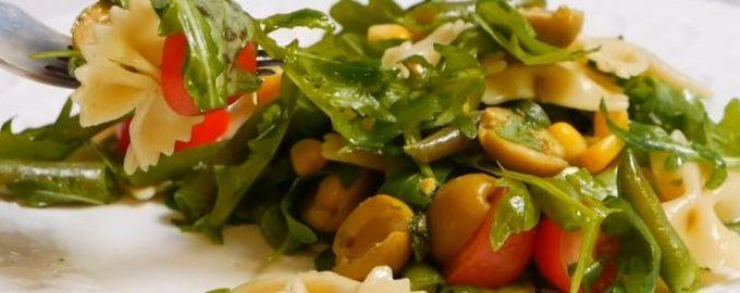 Salotos su farfalle, šparaginėmis pupelėmis ir alyvuogėmis