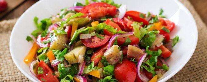 Salotos su baklažanais ir vyšniniais pomidorais