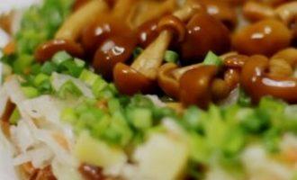 Bulvių ir raugintų kopūstų salotos su marinuotais grybais