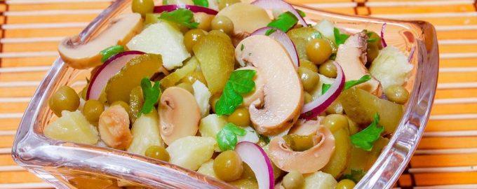 Salotos su bulvėmis, konservuotais žirneliais, marinuotais pievagrybiais ir agurkais