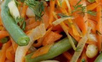Šiltos pupelių ir morkų salotos