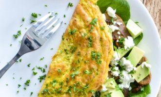 Omletas su pievagrybiais, bri sūriu ir avokadu