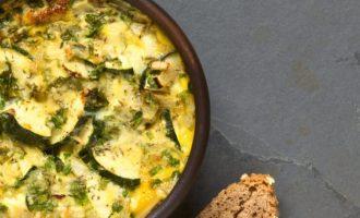 Provansiškas omletas su cukinijomis ir svogūnais