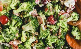 Brokolių salotos su šonine, svogūnais,vynuogėmis ir saulėgrąžomis