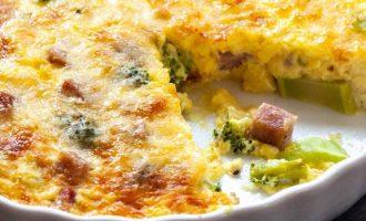 Brokolių, kumpio ir sūrio apkepas