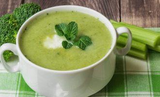 Trinta brokolių sriuba su mėtomis ir rikotos sūriu