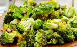 Orkaitėje užkepti brokoliai su česnakais