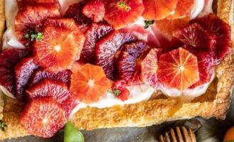 Pyragas su raudonaisiais apelsinais ir kremu