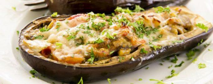 Orkaitėje užkepti baklažanai su daržovėmis ir sūriu
