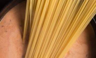 Jautienos befstrogenas su spagečiais viename puode