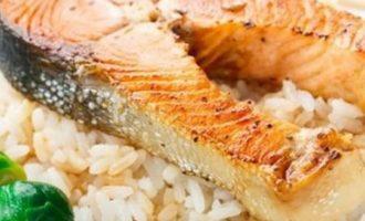 Užkepta lašiša su ryžiais ir briuseliniais kopūstais