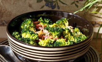 Šviežios brokolių ir vytinto kumpio salotos su razinomis