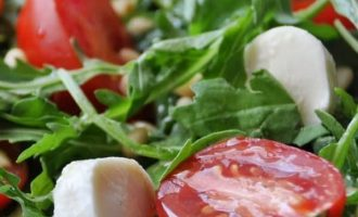 Itališkos salotos su mocarelos sūrių ir gražgarstėmis