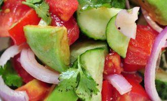Pomidorų, avokadų ir rausvųjų svogūnų salotos