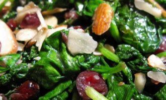 Špinatų, džiovintų spanguolių ir migdolų salotos