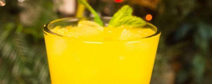 Alkoholinis mangų ir ananasų kokteilis