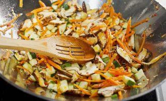 Kiniški kepti ryžiai su kiaušiniu ir daržovėmis