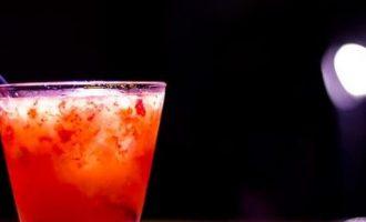 """Alkoholinis kokteilis """"Aviečių nektaras"""""""