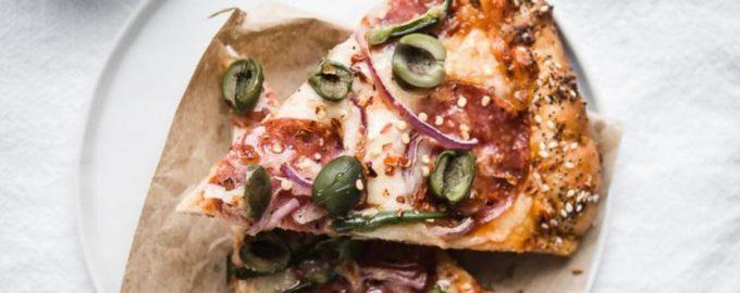 Naminė pica su saliamiu ir alyvuogėmis