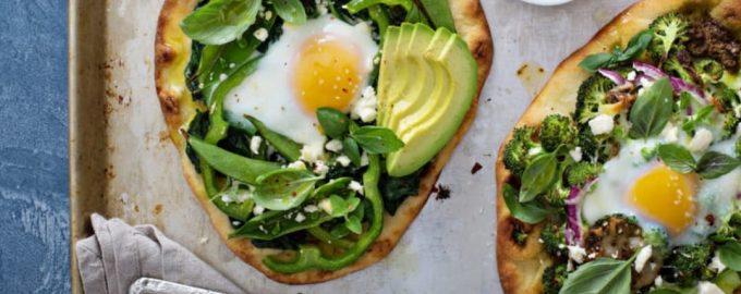Pica su špinatais ir kiaušiniu pusryčiams