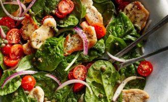 Šiltos salotos su vištiena, špinatais ir pomidorais