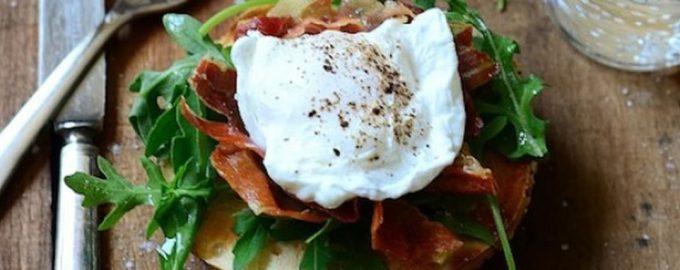 Benedikto kiaušiniai su kumpiu ir gražgarstėmis