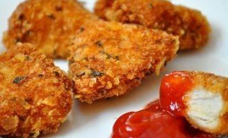 Traškūs vištienos kepsneliai su sūriu ir žalumynais